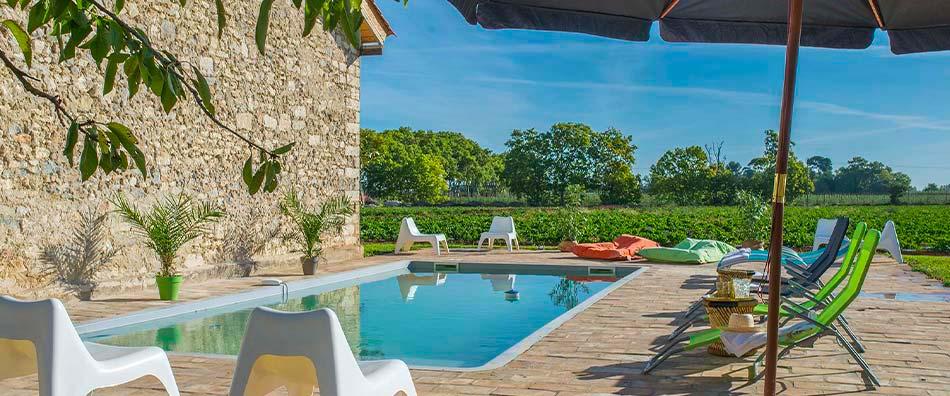 Vue de la piscine Domaine la Clausade -Location de charme dans le Sud